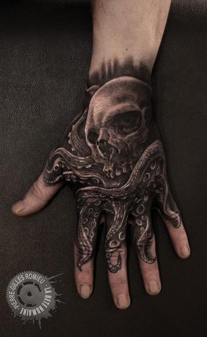meilleurs-tatoueurs-paris-bete-humaine-tatouages-mains-pieds