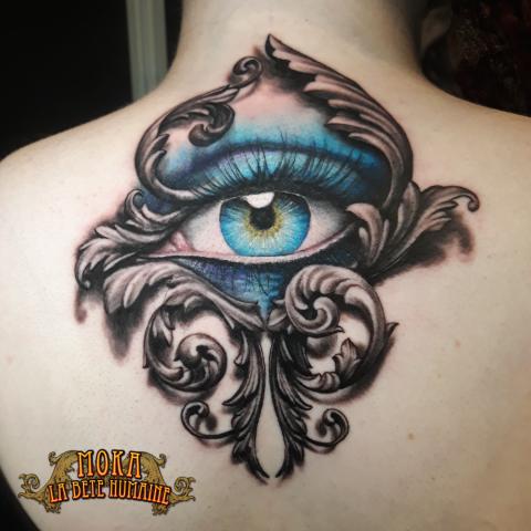 tatoueur-guest-paris-moka-tatouage-oeil-ornements-dos-tattoo