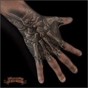 meilleur-tatoueur-paris-pierre-gilles-romieu-tatouage-tattoo-os-main