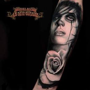 meilleure-tatoueuse-paris-barbara-rosendo-tatouage-tattoo-portrait-femme-rose