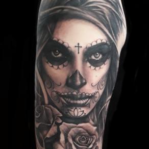 moka-tatoueur-paris-realiste-style-realisme-tatouage-tattoo-catrina-noir-gris-rose
