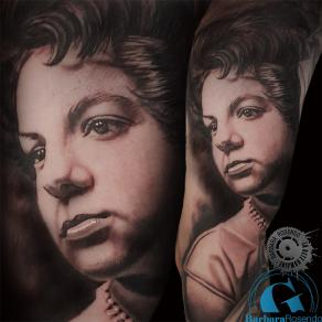 barbara-rosendo-realistic-tattoo-tatouage-realiste-noir-et-gris-black-and-grey-portrait-grandmère.