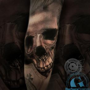 barbara-rosendo-realistic-tattoo-tatouage-realiste-noir-et-gris-black-and-grey-skull-coude
