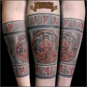 meilleur-tatoueur-paris-pierre-gilles-romieu-tatouage-bracelet-acier-nain-warhammer-tattoo