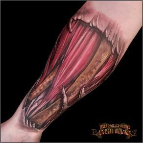 meilleur-tatoueur-paris-pierre-gilles-romieu-tatouage-bras-ecorche-os-tattoo