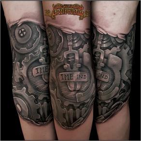 meilleur-tatoueur-paris-pierre-gilles-romieu-tatouage-coude-biomecanique-lettrages-tattoo