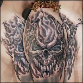 meilleur-tatoueur-paris-pierre-gilles-romieu-tatouage-epaules-cover-crane-chaines-tattoo