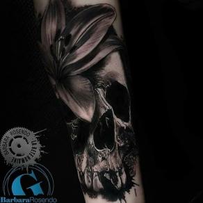 meilleure-tatoueuse-paris-barbara-rosendo-tatouage-crane-skull-fleur-tattoo