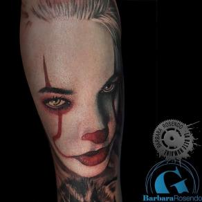 meilleure-tatoueuse-paris-barbara-rosendo-tatouage-portrait-dark-femme-clown-tattoo