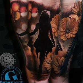 meilleure-tatoueuse-paris-barbara-rosendo-tatouage-silhouette-femme-fleurs-tattoo