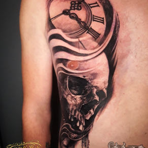 tatoueur-guest-paris-moka-tatouage-crane-horloge-tattoo