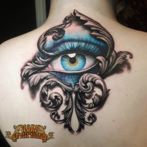 tatoueur-guest-paris-moka-tatouage-oeil-ornements-dos-tattoo