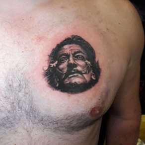 tatoueur-guest-paris-moka-tatouage-portrait-dali-pectoral-tattoo