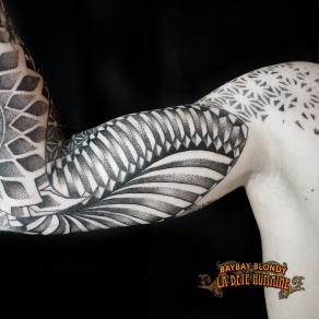 tatoueuse-guest-paris-baybay-blondy-tatouage-tattoo-bras-dot