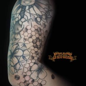tatoueuse-guest-paris-baybay-blondy-tatouage-tattoo-soleil-fleurs-geometrique