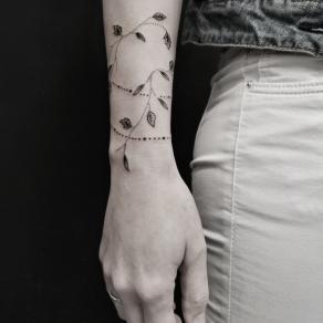 tatoueuse-paris-baybay-blondy-tatouage-tattoo-dotwork-geometrie-ornemental-black-work